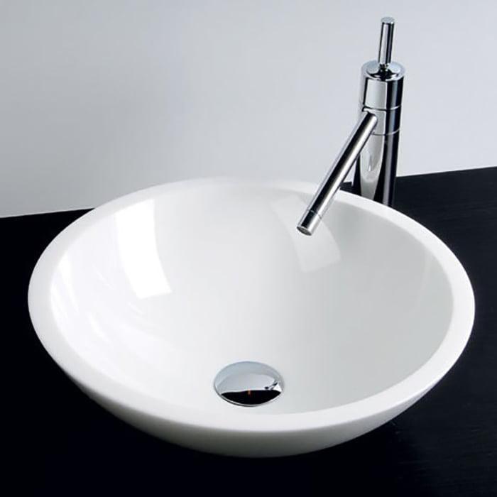 Biała szklana umywalka nablatowa do łazienki