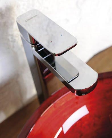 Zdjęcie aranżacyjne czerownej umywalki nablatowej