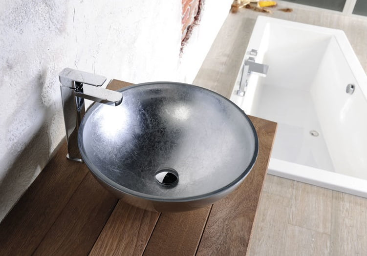 Zdjęcie aranżacyjne szklana umywalka nablatowa srebrna